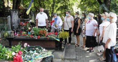 """Педагоги ЗОЕНЦ також долучились до Всеукраїнської акції """"Сонях пам`яті"""" і вшанували героїв-закарпатців, які віддали життя за Україну"""